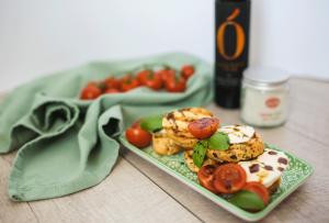 Recipe - Toasted bread with mozzarella, pumpkin seed oil and basil - Kocbek Oil Mill