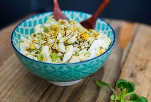 Recept - Solata iz kitajskega zelja s trdo kuhanim jajcem in bučnim oljem - Oljarna Kocbek