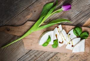 Recept - Sveži kravji sir z bučnim oljem in baziliko - Oljarna Kocbek